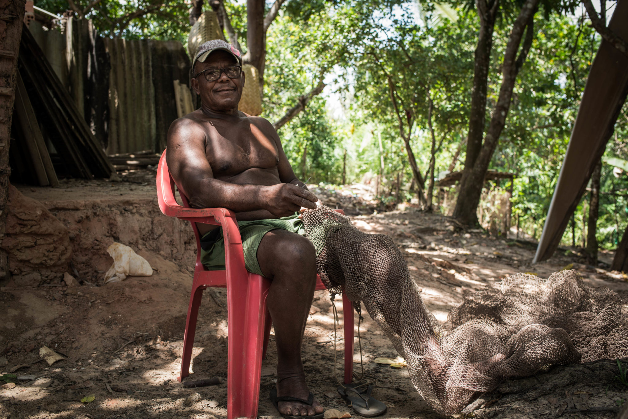 Carlos Augusto Barbosa, a fisher who lives in one of the communities near Cajueiro fixes a net for fishing crab, which are increasingly scarce in the region (image: Ingrid Barros)